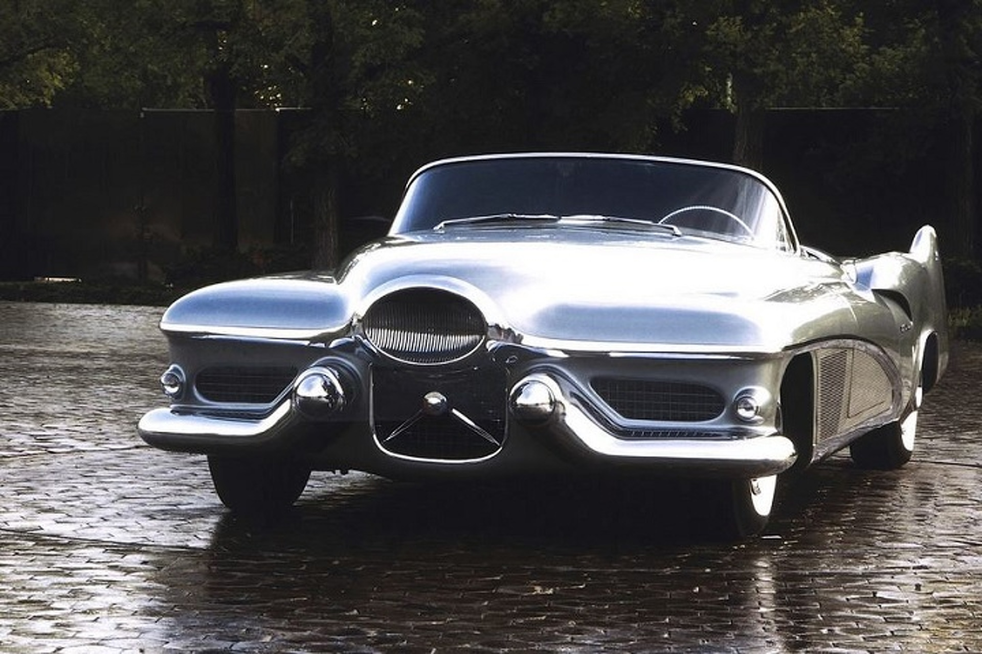 https://icdn-0.motor1.com/images/mgl/1YxrX/s1/the-1951-buick-lesabre-concept-took-inspiration-from-jet-fighters.jpg