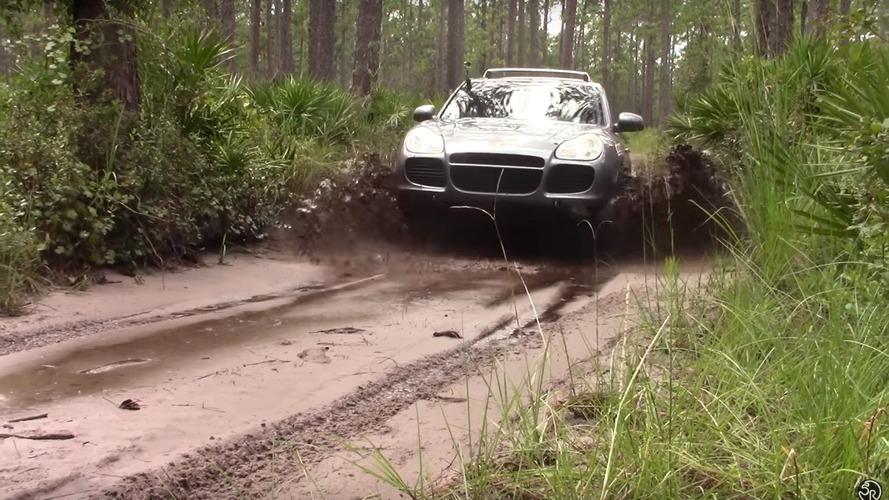 Porsche Cayenne Turbo off-road yapıyor