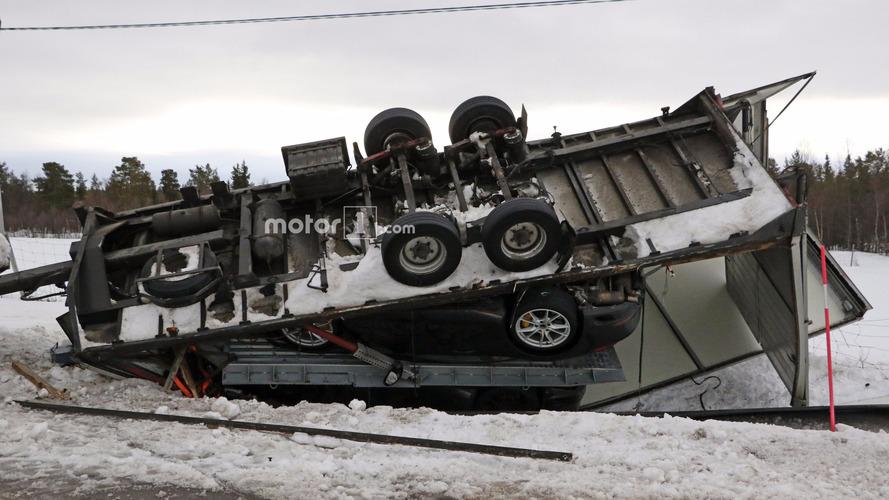 Porsche 911 yüklü treyler kazası