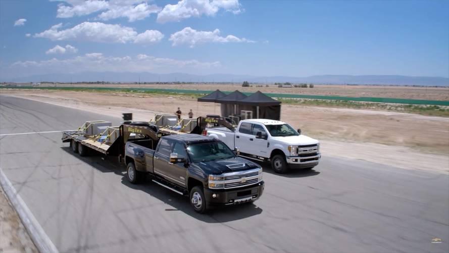 Chevrolet Silverado ile Ford Super Duty'nin drag yarışını izleyin
