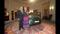 Stirling Moss e consorte con la Aston Martin Cygnet