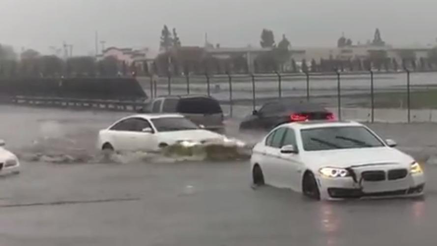 Audi, yolda kalan BMW sürücüleri ile dalga geçti