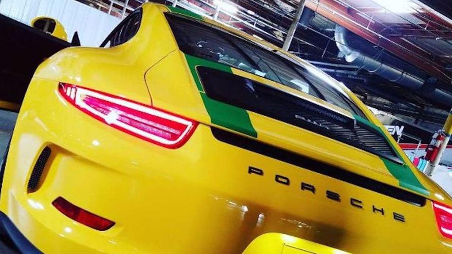 Insolite - À seulement 13 ans, il reçoit sa Porsche 911 R !