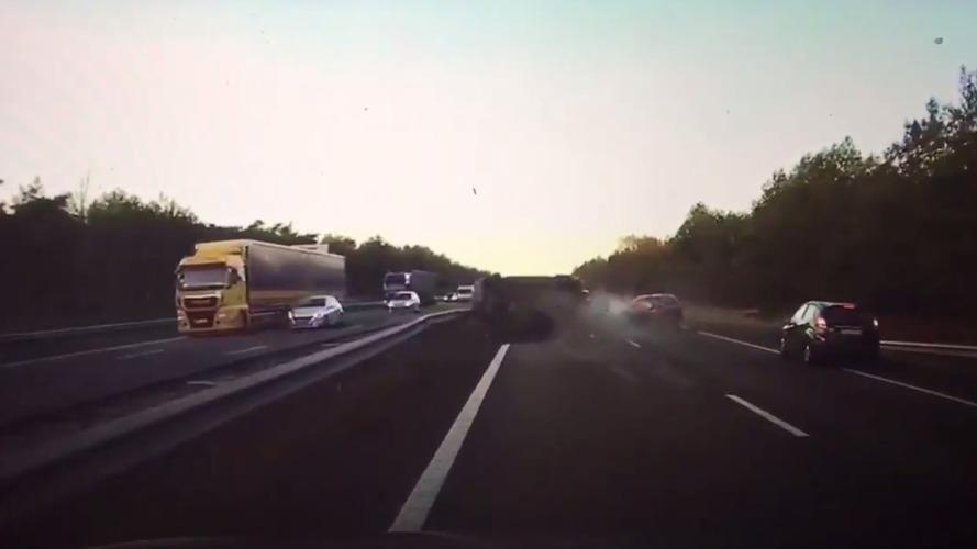 Tesla Model S prevê acidente em estrada (e o evita)