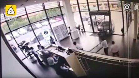 VIDÉO - Cette conductrice se trompe de pédale et détruit le BMW X1 d'essai