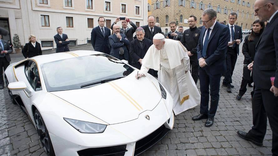 110 millió forintért vihető Ferenc pápa Lamborghinije