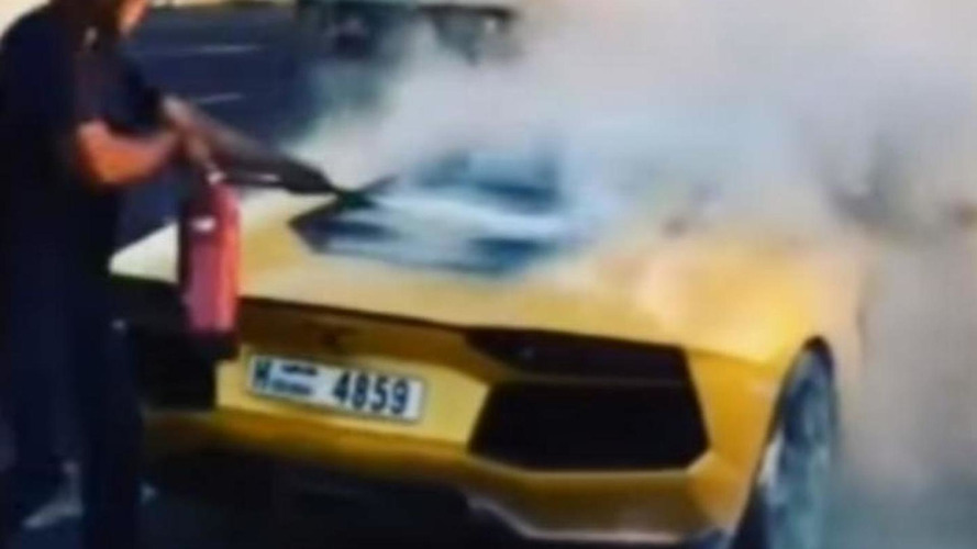 Lamborghini Aventador burns to a crisp in Dubai [video]