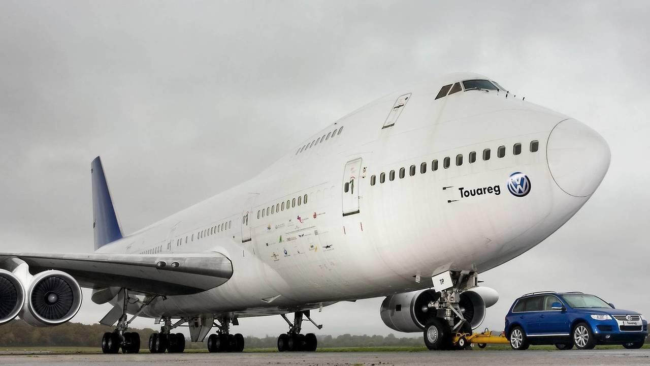 Volkswagen Touareg puxa Boeing 747