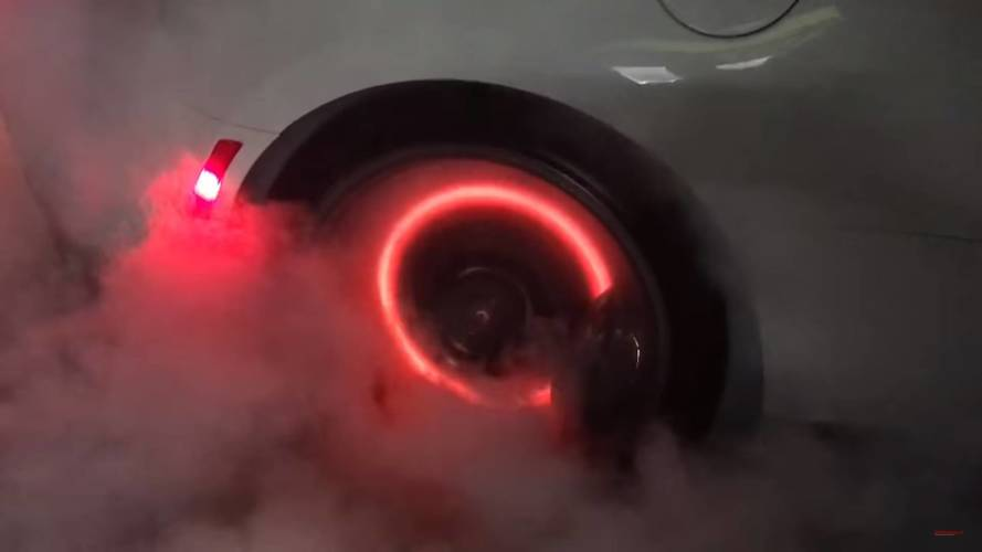 Gumit szerettek volna égetni, de az 1000 lóerős Camaro ZL1 fékjei is lángra kaptak