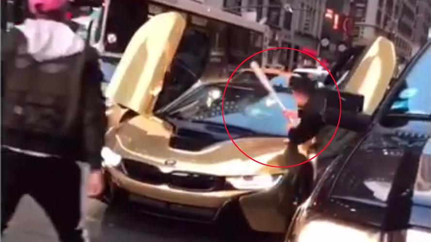 Kızgın adam BMW i8'in ön camını parçaladı
