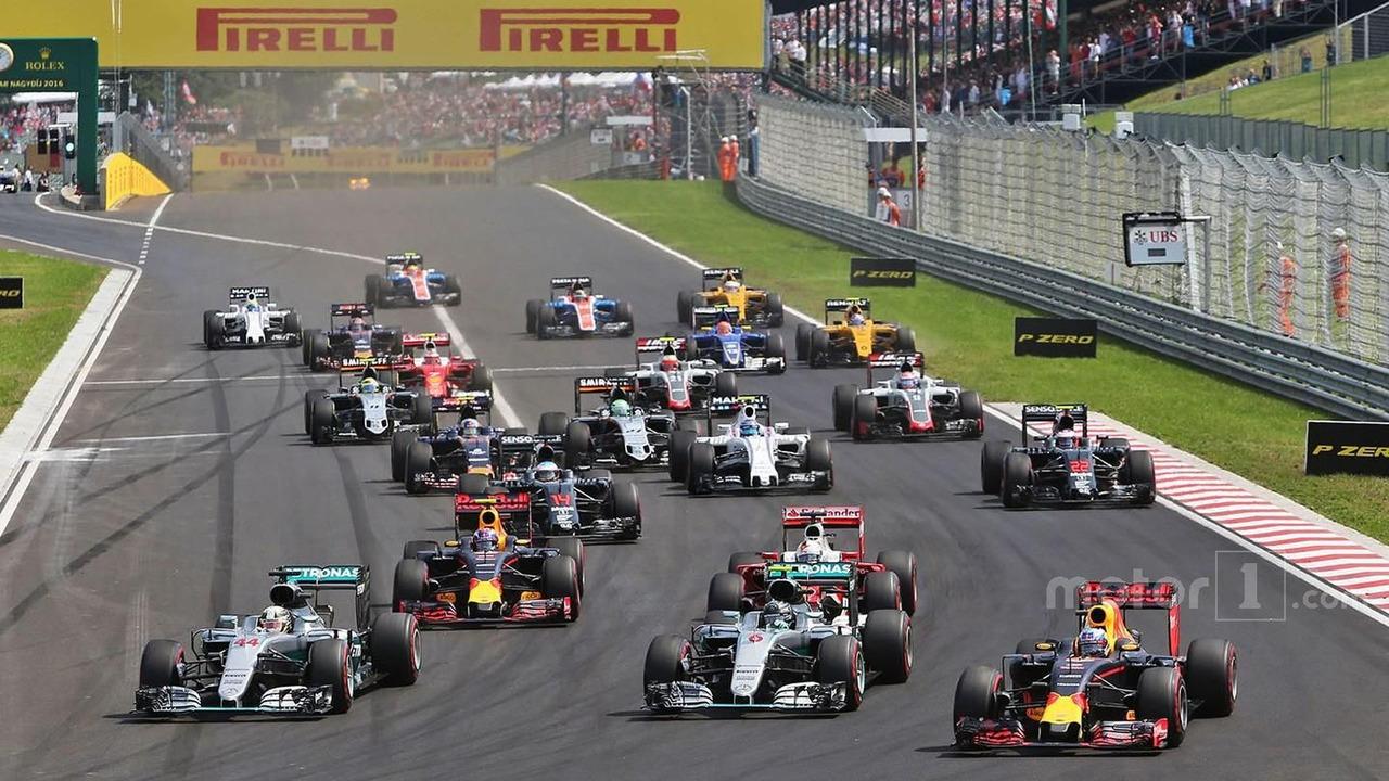 Lewis Hamilton, Nico Rosberg, Daniel Ricciardo battle for the lead at the start of the race