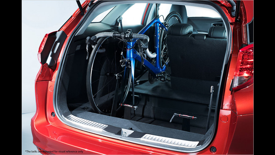 Zwei Fahrräder im Kombi transportieren