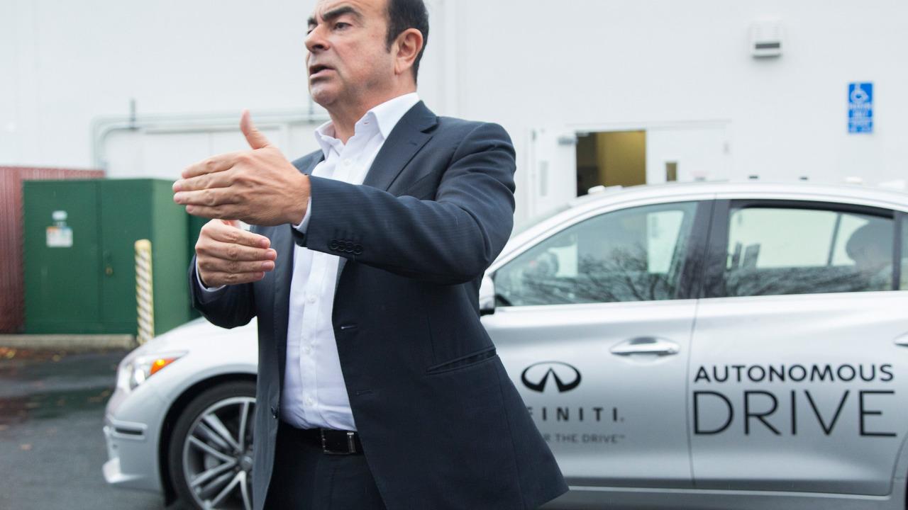 Carlos Ghosn otonom Infiniti Q50 prototipini sürüyor