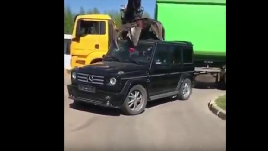 VIDÉO - Un Mercedes-Benz Classe G détruit à la casse