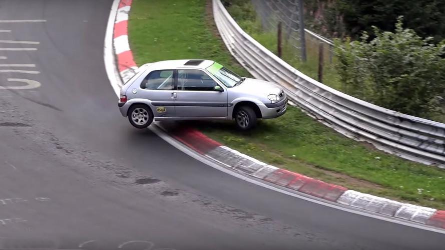 VIDÉO - Une Citroën Saxo à deux doigts du crash au Nürburgring