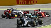 Nico Rosberg, Mercedes AMG F1 W07 Hybrid yarışın başında takım arkadaşı Lewis Hamilton'ın, Mercedes AMG F1 W07 Hybrid önünde