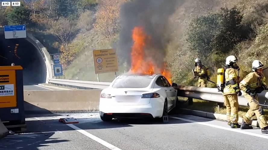 Betonkordonnak ütközött, majd lángra kapott egy Tesla Model S Ausztriában
