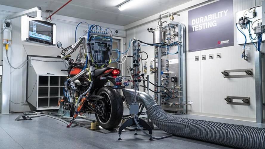 Vídeo: Robô já pilota motos para testes de escapamentos esportivos