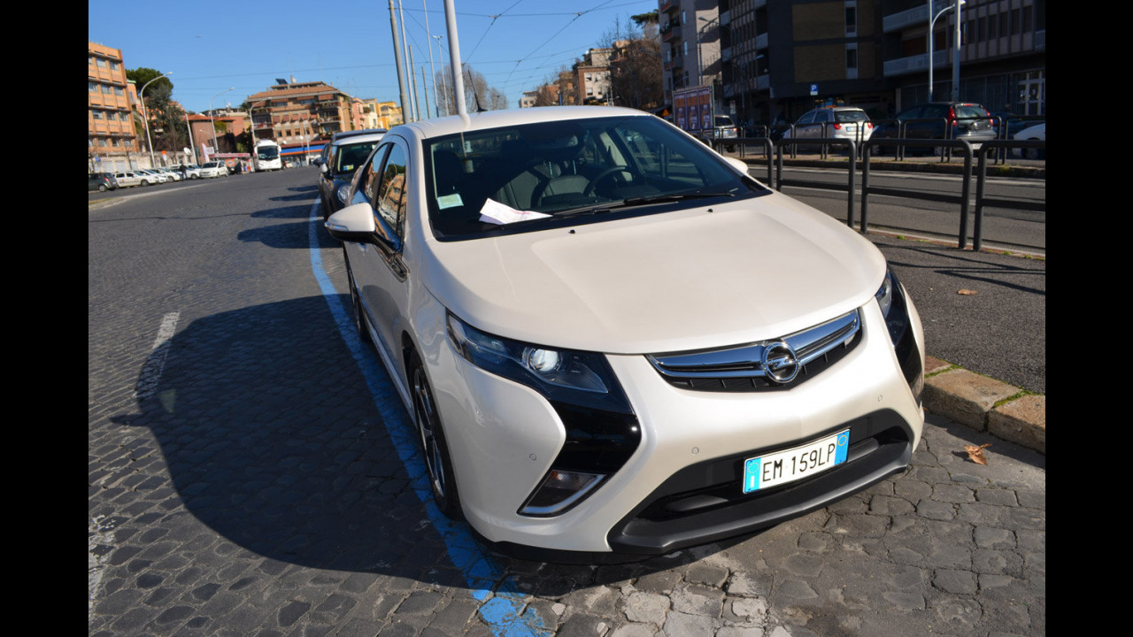 Opel Ampera: la prova della sosta gratuita