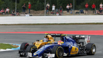 Felipe Nasr, Sauber C35 and Jolyon Palmer, Renault Sport F1 Team RS16 battle for position