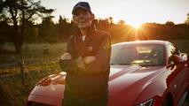 97 yaşındaki adam Mustang kullanıyor.