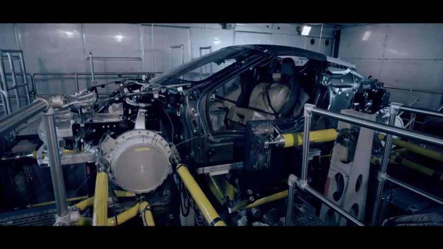 La BMW i8 Roadster signe une brève apparition dans son usine