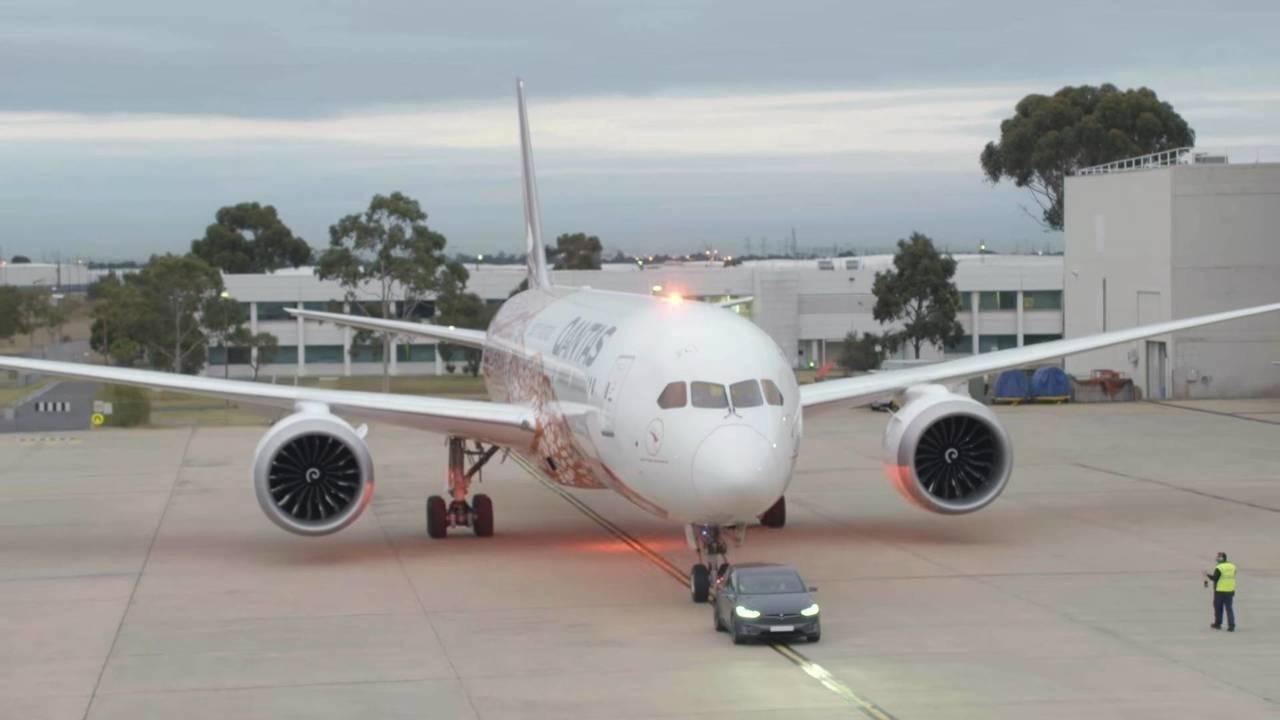 Tesla Model X puxa Boeing 787-9 Dreamliner