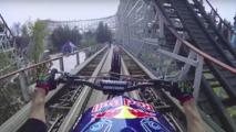 Roller Coaster raylarında bir motosiklet