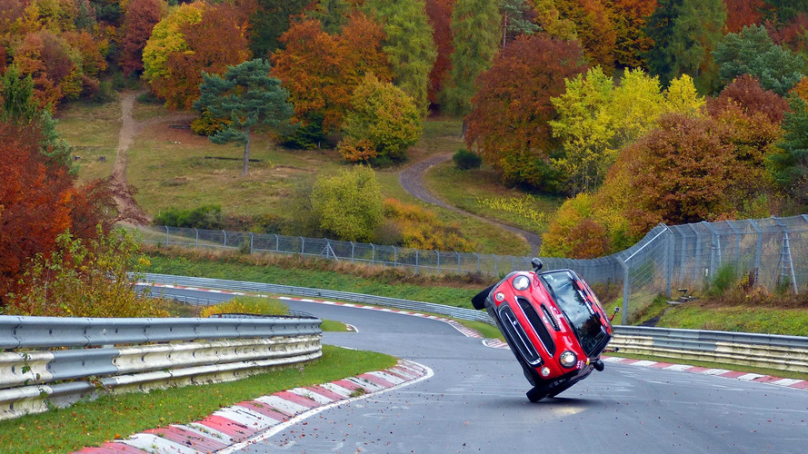 VIDÉO - Cette Mini a fait le tour du Nürburgring... sur deux roues !