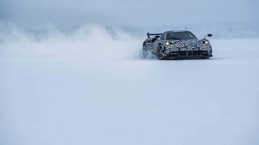 Pagani Huayra, donmuş gölde drift yapıyor!