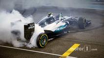 İkinci sıradaki Nico Rosberg, Mercedes AMG F1 W07 Hybrid yarış sonrası şampiyonluğunu kutluyor