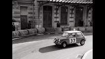 Paddy Hopkirk e Henry Liddon nella Mini Cooper in gara al Monte Carlo Rally del 1964