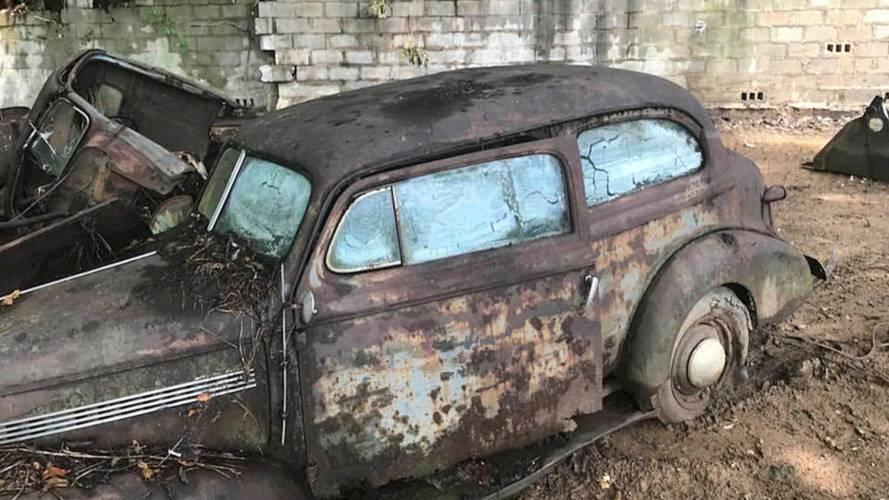 Des voitures d'avant-guerre enfouies sous des décombres