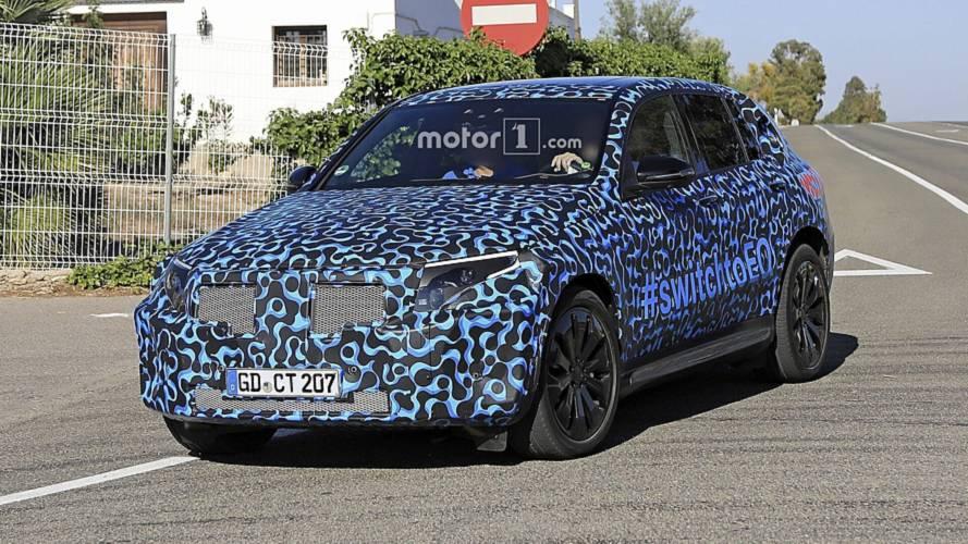 SUV elétrico, Mercedes EQC adota curiosa camuflagem antes da estreia