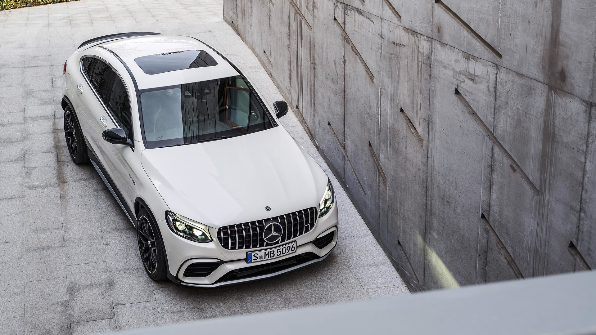 https://icdn-0.motor1.com/images/mgl/nB16y/s1/mercedes-amg-glc63-s-coupe.jpg