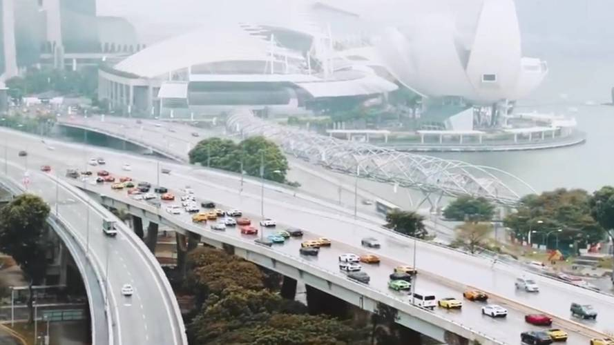 122 Lamborghini vonult Szingapúrban az Urust ünnepelve