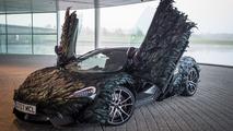 McLaren recouverte de plumes
