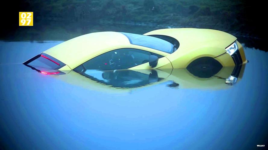 Audi R8 yüzme öğreniyor