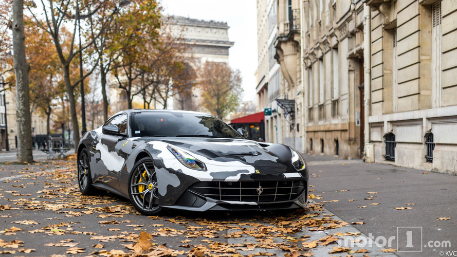 PHOTOS - Une Ferrari F12berlinetta camouflée surprise à Paris