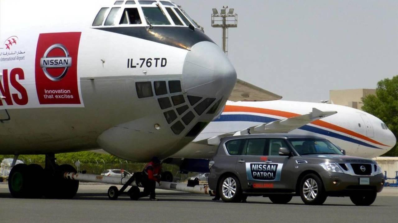 Nissan Patrol puxa avião de carga Ilyushin II-76