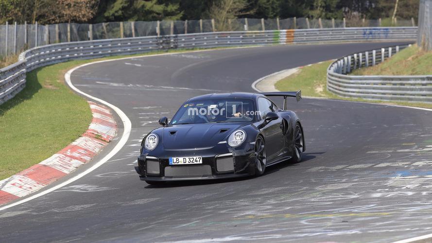 Yeni Porsche 911 GT2 RS'yi Nürburgring'i turlarken izleyin