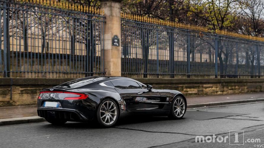 PHOTOS - Une rare Aston Martin One-77 prend la pose à Paris