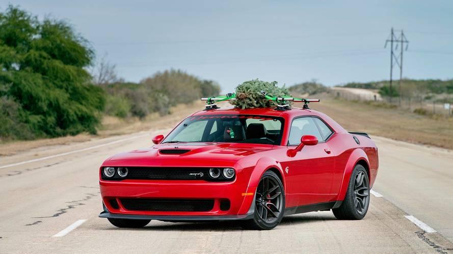 Hennessey Dodge Challenger Hellcat Widebody avec sapin de Noël