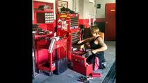 Hem araçlara hem de sahiplerine bakan kadınlara özel tamirhane