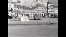 Paddy Hopkirk ed Henry Liddon nella Mini Cooper in gara al Monte Carlo Rally del  1964